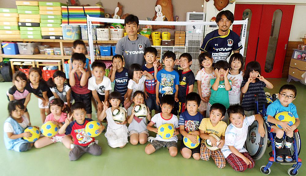 ラインメール青森FCでは現在、クラブ理念でありますサッカーを通じて 『もっと健やかに、もっと幸せに、もっと豊かな地域づくり』の一環として 幼稚園、保育園を対象とした出前!! わくわくサッカー教室を開催しております。 ラインメールのコーチが園に訪問し、サッカーの楽しさや仲間と一緒に思い切り 体を動かす喜びを1人でも多くの子供に伝え、体感してもらいます。 随時募集をしておりますので是非一度お試しください。
