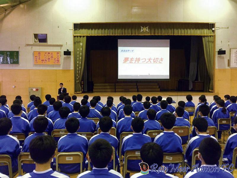 写真:学校訪問で講演をする河端和哉選手