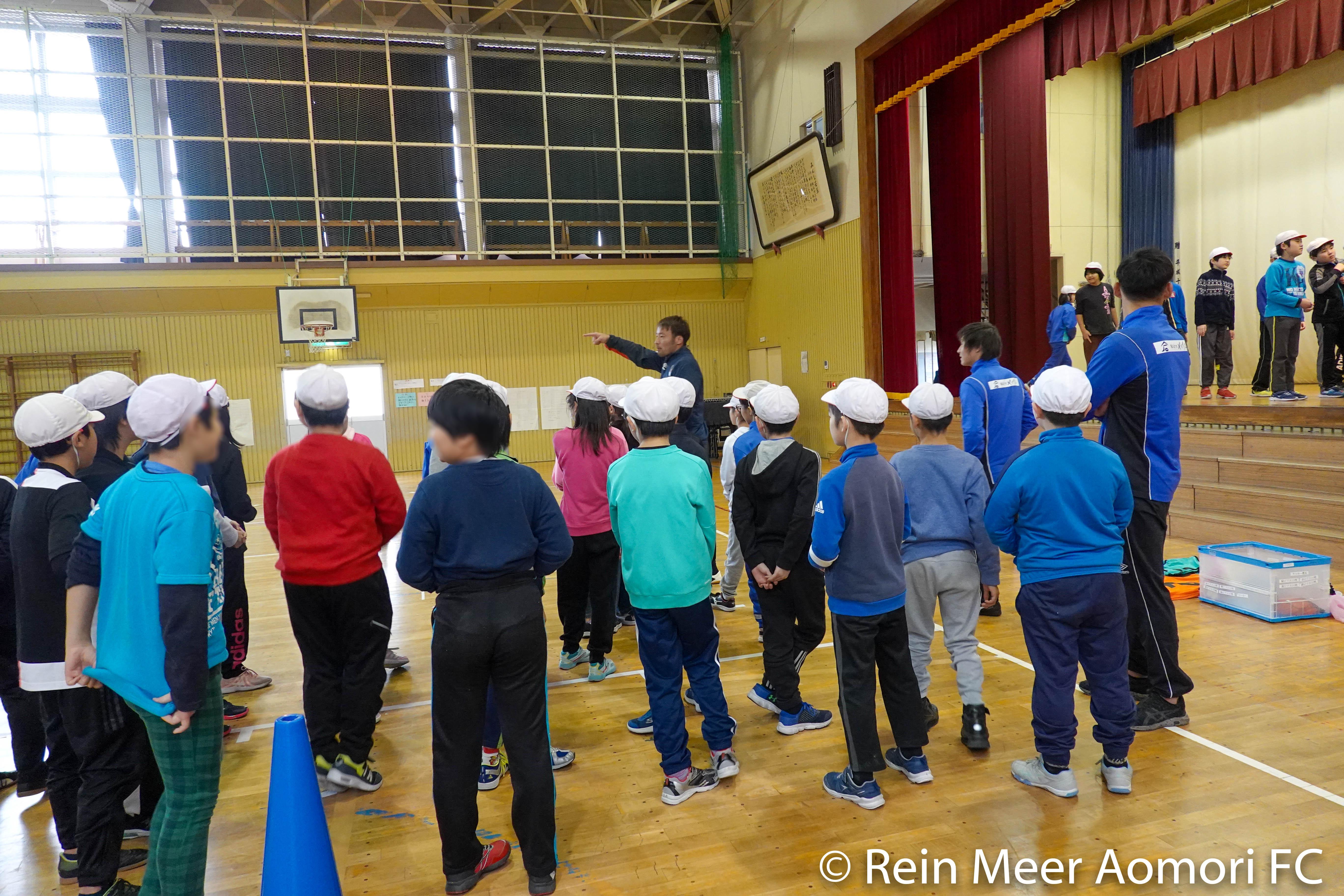 学校訪問】選手が油川小学校を訪問しました|ラインメール青森FC 公式 ...